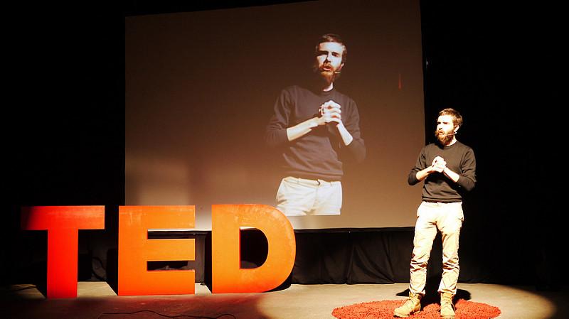 public speaking training courses scotland body language man doing ted talks fidgeting.