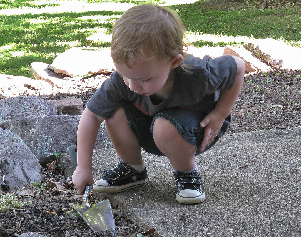 crisis communication glasgow little boy with trowel.